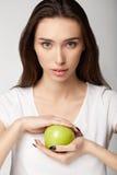 Κορίτσι ομορφιάς γυναικών με τα φρούτα Στοκ Εικόνες