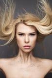 Κορίτσι ομορφιάς με μια πετώντας τρίχα και ένα δημιουργικό makeup Πρόσωπο ομορφιάς Στοκ εικόνες με δικαίωμα ελεύθερης χρήσης