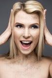 Κορίτσι ομορφιάς με μια τέλεια ευθεία τρίχα και ένα δημιουργικό makeup Πρόσωπο ομορφιάς Στοκ εικόνα με δικαίωμα ελεύθερης χρήσης