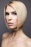 Κορίτσι ομορφιάς με μια τέλεια ευθεία τρίχα και ένα δημιουργικό makeup Πρόσωπο ομορφιάς Στοκ Εικόνες