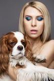 Κορίτσι ομορφιάς με μια τέλεια ευθεία τρίχα και ένα σκυλί Πρόσωπο ομορφιάς στοκ φωτογραφίες