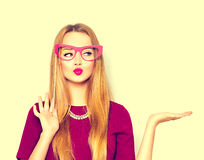 Κορίτσι ομορφιάς με τα γυαλιά εγγράφου στο ραβδί που παρουσιάζει κενό copyspace Στοκ εικόνα με δικαίωμα ελεύθερης χρήσης