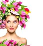 Κορίτσι ομορφιάς με τα λουλούδια hairstyle Στοκ εικόνες με δικαίωμα ελεύθερης χρήσης