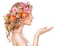Κορίτσι ομορφιάς με τα λουλούδια hairstyle Στοκ Εικόνες