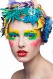 Κορίτσι ομορφιάς με τα υλικά λουλούδια όμορφο μοντέλο Στοκ Εικόνες
