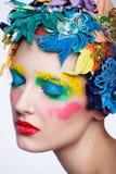 Κορίτσι ομορφιάς με τα υλικά λουλούδια όμορφο μοντέλο Στοκ Φωτογραφία