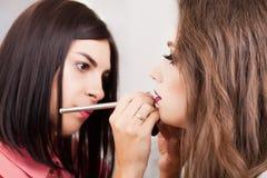 Κορίτσι ομορφιάς με τη βούρτσα Makeup E στοκ εικόνα