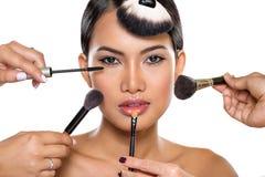 Κορίτσι ομορφιάς με τις βούρτσες makeup στοκ φωτογραφίες
