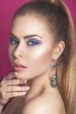 Κορίτσι ομορφιάς μόδας πανέμορφη γυναίκα πορτρέτου Μοντέρνα κούρεμα και Makeup hairstyle η γυναίκα με το ραβδί Ύφος μόδας μαύρη α Στοκ Εικόνα