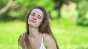 Κορίτσι ομορφιάς που απολαμβάνει τη φύση στο άσπρο φόρεμα απόθεμα βίντεο