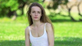 Κορίτσι ομορφιάς που απολαμβάνει τη φύση στο άσπρο φόρεμα φιλμ μικρού μήκους