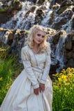 Κορίτσι ομορφιάς που απολαμβάνει υπαίθρια τη φύση κοντά στο anci Στοκ Εικόνες