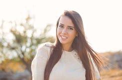 Κορίτσι ομορφιάς που απολαμβάνει υπαίθρια τη φύση Στοκ Εικόνες