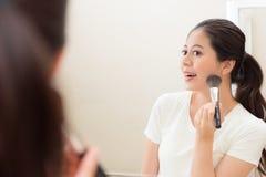 Κορίτσι ομορφιάς που εξετάζει την εικόνα αντανάκλασης καθρεφτών Στοκ φωτογραφία με δικαίωμα ελεύθερης χρήσης