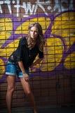 Κορίτσι ομορφιάς που θέτει τη μόδα κοντά στον τούβλινο τοίχο στην οδό Στοκ φωτογραφίες με δικαίωμα ελεύθερης χρήσης