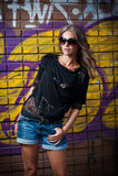 Κορίτσι ομορφιάς που θέτει τη μόδα κοντά στον τούβλινο τοίχο στην οδό Στοκ Φωτογραφίες