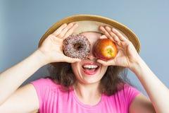 Κορίτσι ομορφιάς που παίρνει τα ζωηρόχρωμα donuts Αστεία χαρούμενη γυναίκα με τα γλυκά, επιδόρπιο Διατροφή, να κάνει δίαιτα έννοι Στοκ φωτογραφία με δικαίωμα ελεύθερης χρήσης