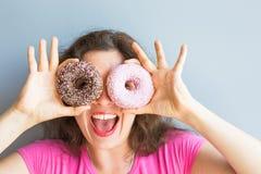 Κορίτσι ομορφιάς που παίρνει τα ζωηρόχρωμα donuts Αστεία χαρούμενη γυναίκα με τα γλυκά, επιδόρπιο Διατροφή, να κάνει δίαιτα έννοι Στοκ εικόνες με δικαίωμα ελεύθερης χρήσης