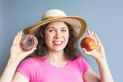Κορίτσι ομορφιάς που παίρνει τα ζωηρόχρωμα donuts Αστεία χαρούμενη γυναίκα με τα γλυκά, επιδόρπιο Διατροφή, να κάνει δίαιτα έννοι Στοκ εικόνα με δικαίωμα ελεύθερης χρήσης