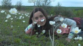 Κορίτσι ομορφιάς στο λιβάδι Όμορφη νέα γυναίκα υπαίθρια απολαύστε τη φύση Ευτυχές χαμογελώντας κορίτσι που βρίσκεται στην πράσινη απόθεμα βίντεο