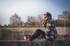 Κορίτσι ομορφιάς υπαίθριο απολαμβάνοντας τον ήλιο στοκ εικόνα με δικαίωμα ελεύθερης χρήσης