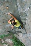 Κορίτσι ορειβατών στο βράχο Στοκ Εικόνες