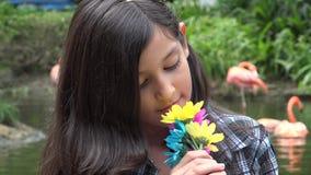 κορίτσι λουλουδιών που μυρίζει νέο απόθεμα βίντεο