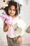 κορίτσι λουλουδιών πο&upsi στοκ φωτογραφία με δικαίωμα ελεύθερης χρήσης