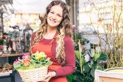 Κορίτσι λουλουδιών στο κατάστημα λουλουδιών της Στοκ φωτογραφία με δικαίωμα ελεύθερης χρήσης