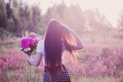 κορίτσι λουλουδιών brunette Στοκ εικόνα με δικαίωμα ελεύθερης χρήσης