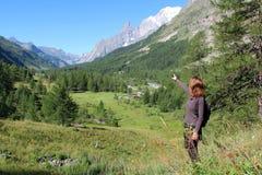 Κορίτσι οδοιπορίας στο ίχνος βουνών στην κοιλάδα κουναβιών Στοκ φωτογραφία με δικαίωμα ελεύθερης χρήσης