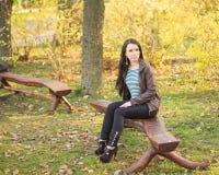 κορίτσι πάγκων που κάθετ&alpha Στοκ εικόνες με δικαίωμα ελεύθερης χρήσης