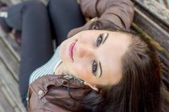 κορίτσι πάγκων που κάθετ&alpha Στοκ εικόνα με δικαίωμα ελεύθερης χρήσης