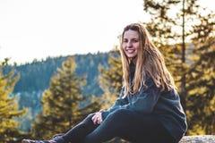 Κορίτσι πάνω από το βράχο λατομείων στο βόρειο Βανκούβερ, Π.Χ., Καναδάς Στοκ εικόνα με δικαίωμα ελεύθερης χρήσης