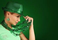 κορίτσι Πάτρικ s ST ημέρας καπέλο που φορά τις νεο&lambda Στοκ Φωτογραφία