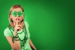 κορίτσι Πάτρικ s ST ημέρας Νέα γυναίκα με διαμορφωμένα τα τριφύλλι γυαλιά Στοκ Εικόνες