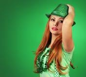 κορίτσι Πάτρικ s ST ημέρας πράσινες νεολαίες γυναικών καπέλων Στοκ εικόνα με δικαίωμα ελεύθερης χρήσης