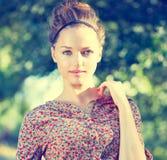 Κορίτσι πέρα από το πράσινο υπόβαθρο φύσης Στοκ εικόνα με δικαίωμα ελεύθερης χρήσης