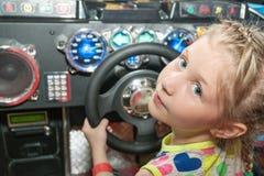 Κορίτσι πίσω από τη ρόδα στον προσομοιωτή Στοκ Εικόνα