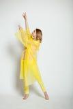 Κορίτσι πίσω σε κίτρινο Στοκ εικόνες με δικαίωμα ελεύθερης χρήσης