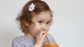 Κορίτσι παιδιών και πρόσφατα συμπιεσμένος χυμός, καταφερτζήδες, λεμονάδα, φρέσκια, χυμός φιλμ μικρού μήκους