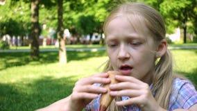 Κορίτσι παιδιών με το παγωτό στο πάρκο απόθεμα βίντεο