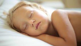 Κορίτσι παιδιών που κοιμάται ειρηνικά στο κρεβάτι στο σπίτι απόθεμα βίντεο