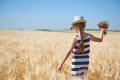 Κορίτσι παιδιών που περπατά στον κίτρινο τομέα σίτου, φωτεινός ήλιος, θερινό τοπίο Στοκ φωτογραφία με δικαίωμα ελεύθερης χρήσης