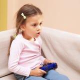 κορίτσι παιχνιδιών που παίζει τις τηλεοπτικές νεολαίες στοκ εικόνες με δικαίωμα ελεύθερης χρήσης