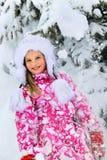 Κορίτσι παιδάκι πορτρέτου στα χειμερινά ενδύματα με το μειωμένο χιόνι Στοκ φωτογραφία με δικαίωμα ελεύθερης χρήσης