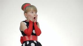 Κορίτσι παιδιών έκπληκτο εξέταση το διάστημα αντιγράφων απόθεμα βίντεο