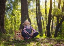 Κορίτσι παιδιών και το σκυλί στοκ φωτογραφία με δικαίωμα ελεύθερης χρήσης