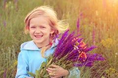 Κορίτσι παιδιών με την ανθοδέσμη στοκ εικόνες με δικαίωμα ελεύθερης χρήσης