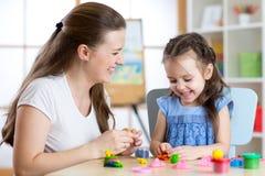 Κορίτσι παιδιών με τη διαμόρφωση μητέρων από τον άργιλο παιχνιδιού Στοκ Φωτογραφία